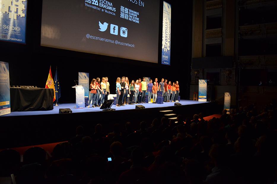 El projecte teatral Escena Erasmus de la Universitat de València posa dempeus el Real de Madrid - imatge 0